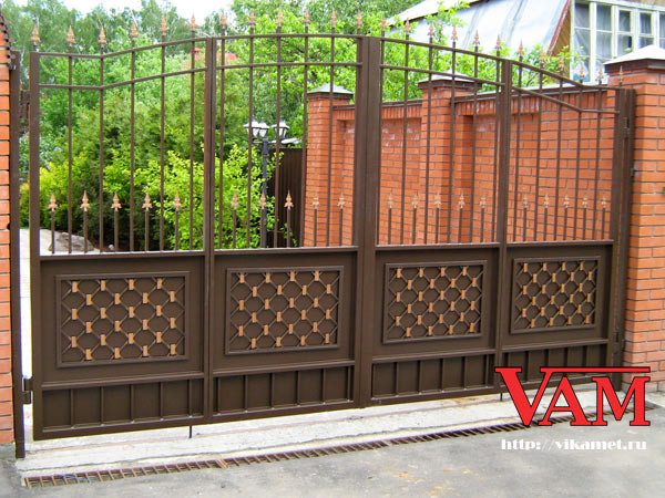 Распашные ворота с кованым декором