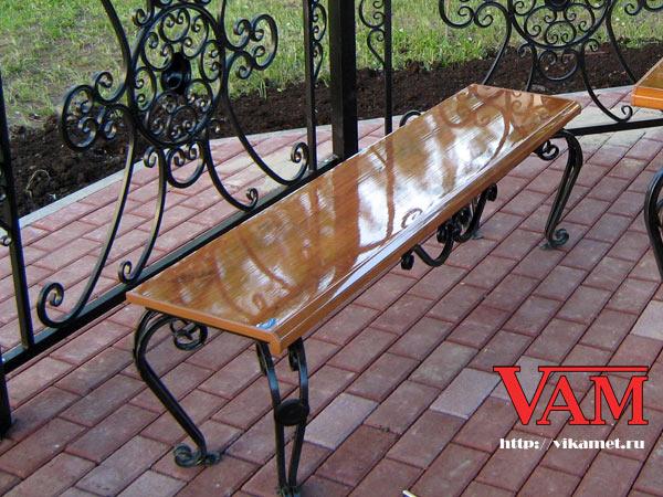 Скамейка в комплекте садовой мебели