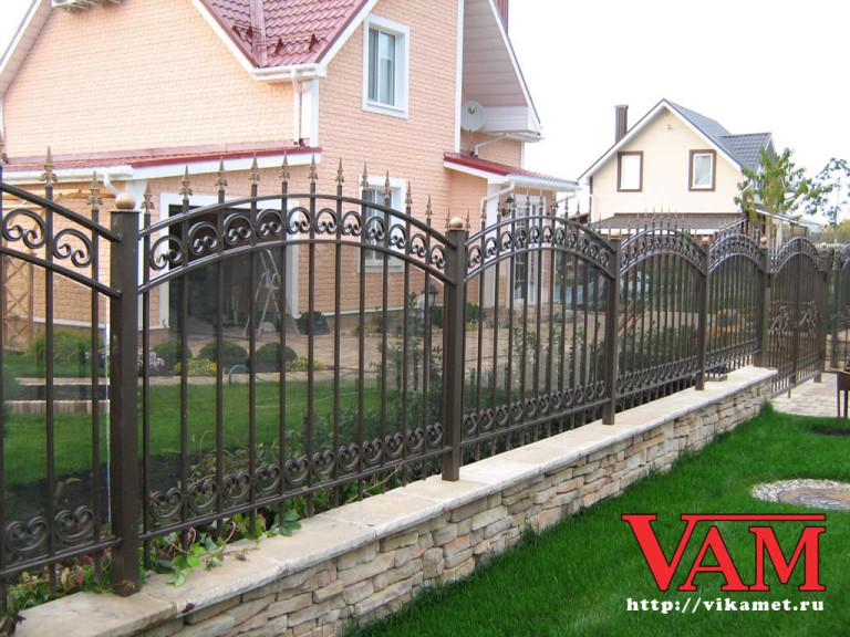 забор кованый с поликарбонатом фото