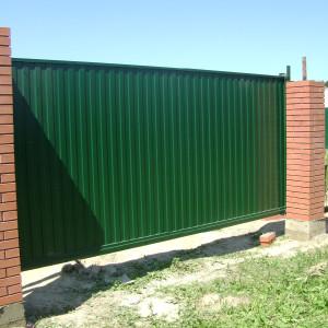 Ворота откатные из зеленого профнастила
