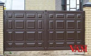 Филенчатые ворота Каскад установлены на этапе строительства