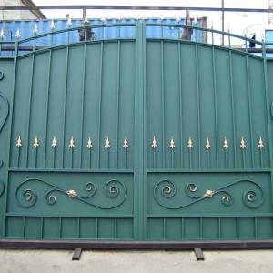 Металлические ворота с пиками