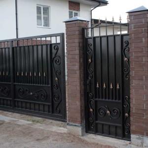 Откатные ворота и калитка с пиками