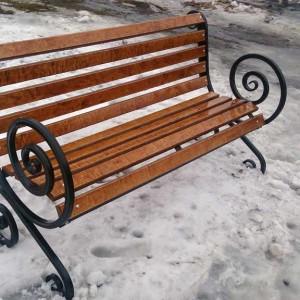 Кованая скамейка с фанерой