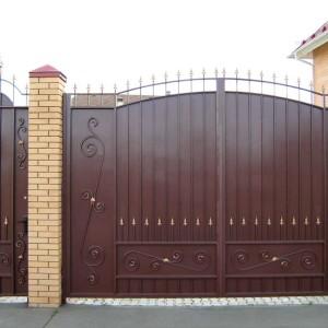 Коричневые металлические ворота и калитки